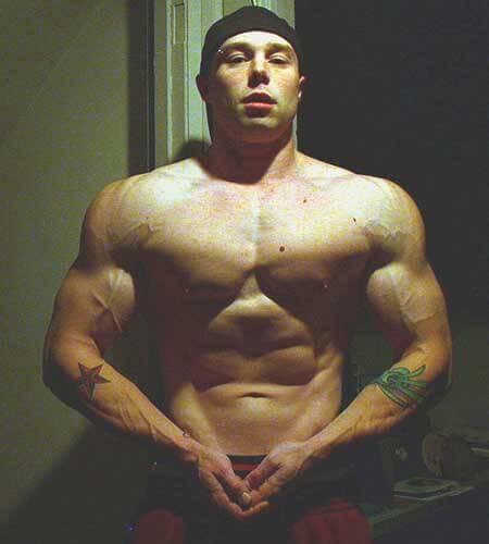 Димитър, показващ покачената си мускулна маса, след като е използвал Anavor, съдържащ екстракт от tribulus terrestris за покачване на тестостерона и силата на тялото.
