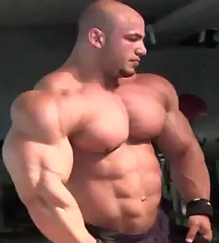 човек показващ покачената си мускулна маса, след като е използвал Anavor, съдържащ екстракт от бабини зъби за покачване на тестостерона и силата си.
