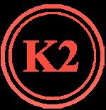 Надпис K2 в червено, символизиращо витамин К2, който се съдържа в нашите хапчета за повишаване на тестостерона и посредством него и мускулите.