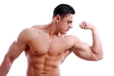 Мъж с големи мускули, стегнал своя бицепс и позиращ пред камерата.